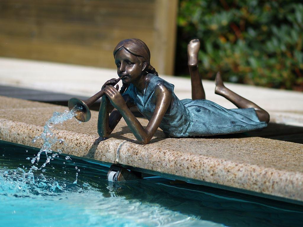 bronzen beeld - liggend meisje met fluit