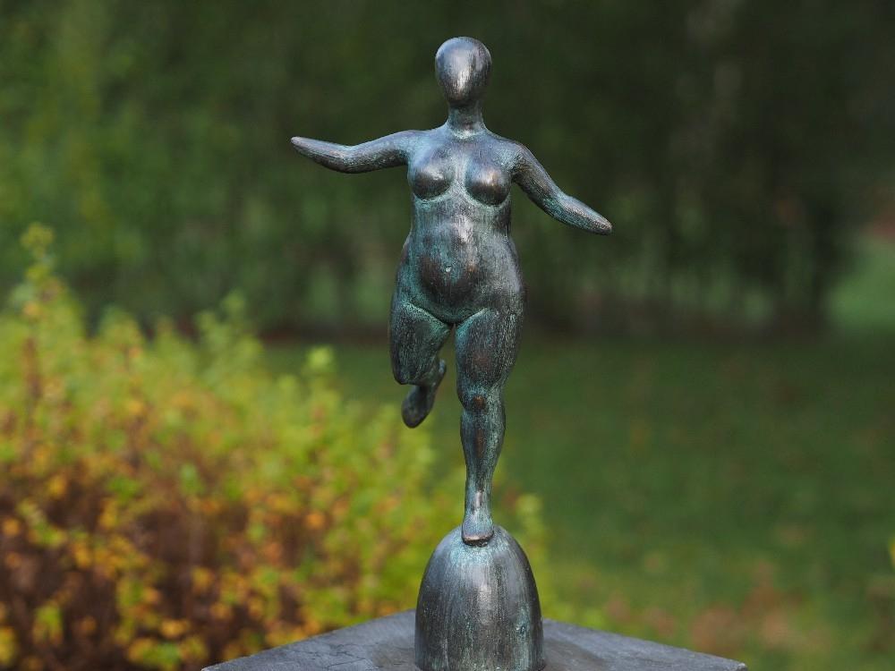 bronzen beeld - dikke naakte vrouw