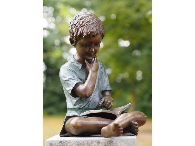 bronzen beeld - jongen met boek