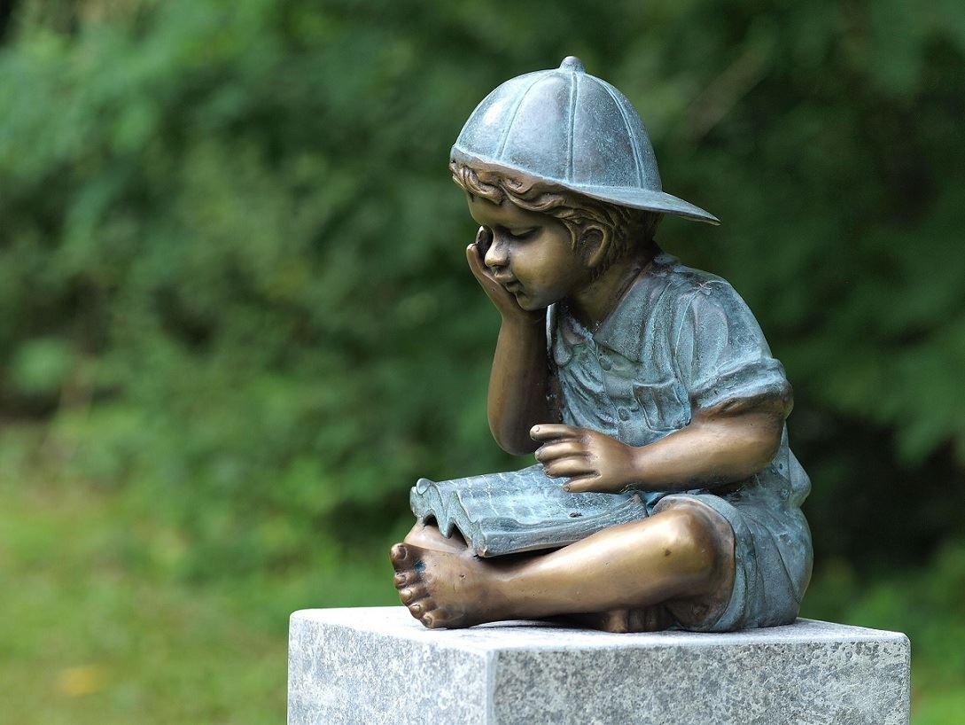 bronzen beeld - lezende jongen