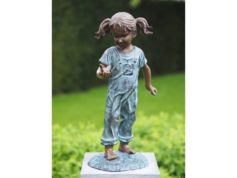 bronzen beeld - meisje met vogel in haar hand