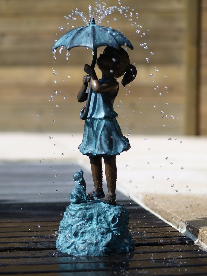 bronzen beeld - meisje onder paraplu