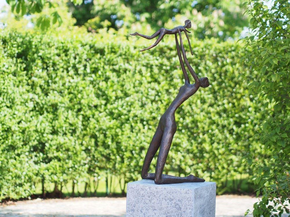 bronzen beeld - moeder met kind modern
