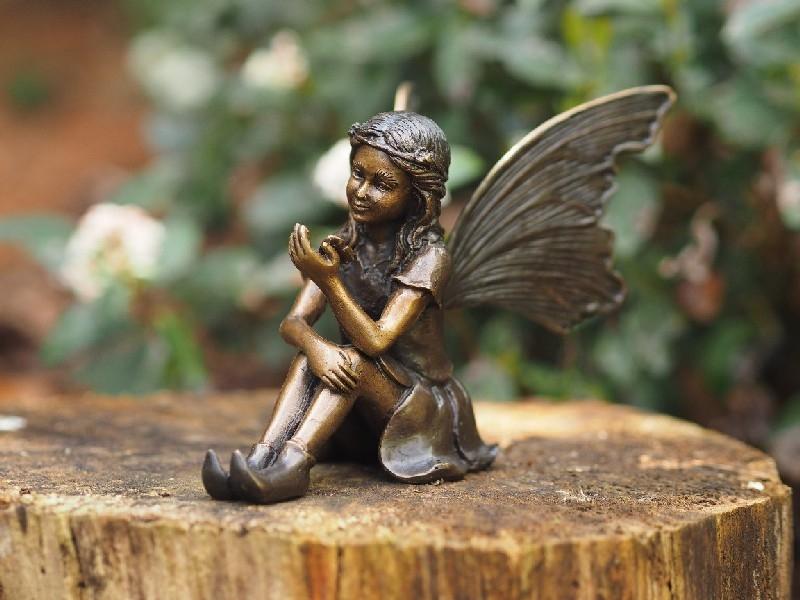 bronzen beeld - zittende fee met vlinder