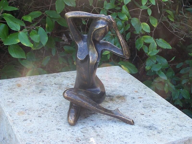 bronzen beeld - zittende vrouw