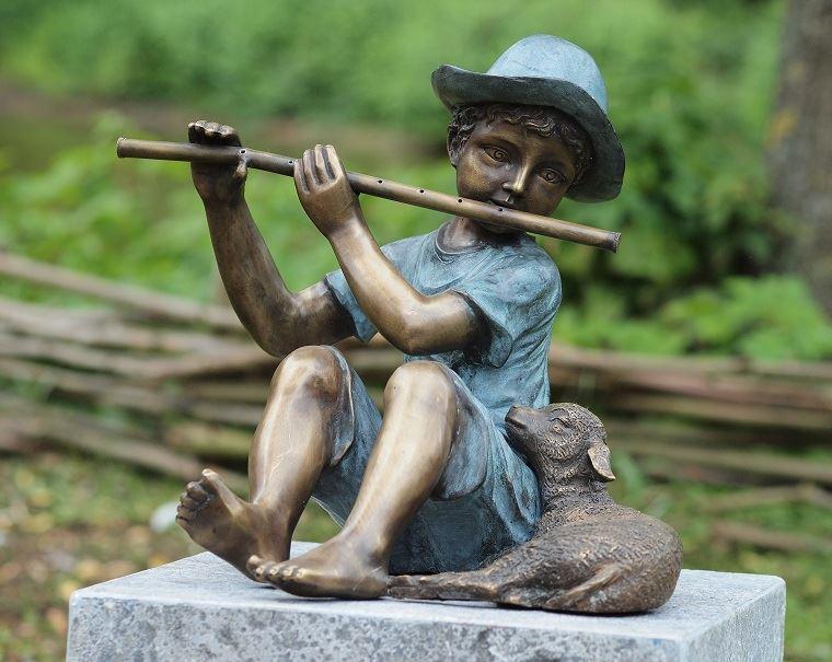 bronzen beeld - fluitspeler met lam