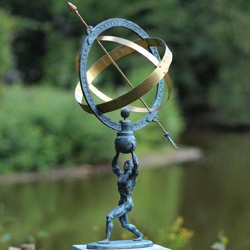 bronzen beeld - man met zonnewijzer