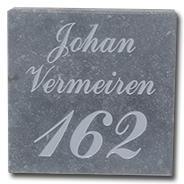 naam & nummergravure op arduinplaatje grijs geschuurd