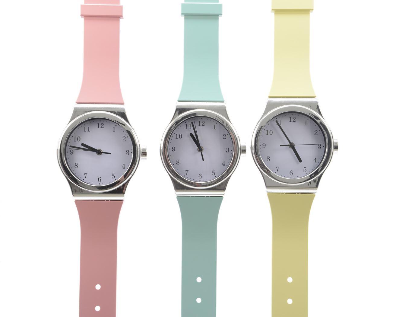 plastic klok horloge (3 kleuren ass.)